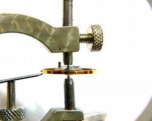 テンプは時計の心臓部分、BROOCH時計修理工房では天芯のホゾ、振り座に傷や異常がないかチェックをしたら天輪の振れのチェック。