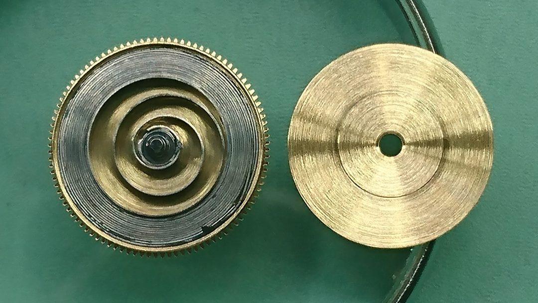 香箱の中のゼンマイと香箱真の説明。新潟市にある時計修理工房でオーバーホールやポリッシュなどの修理も承ってます。