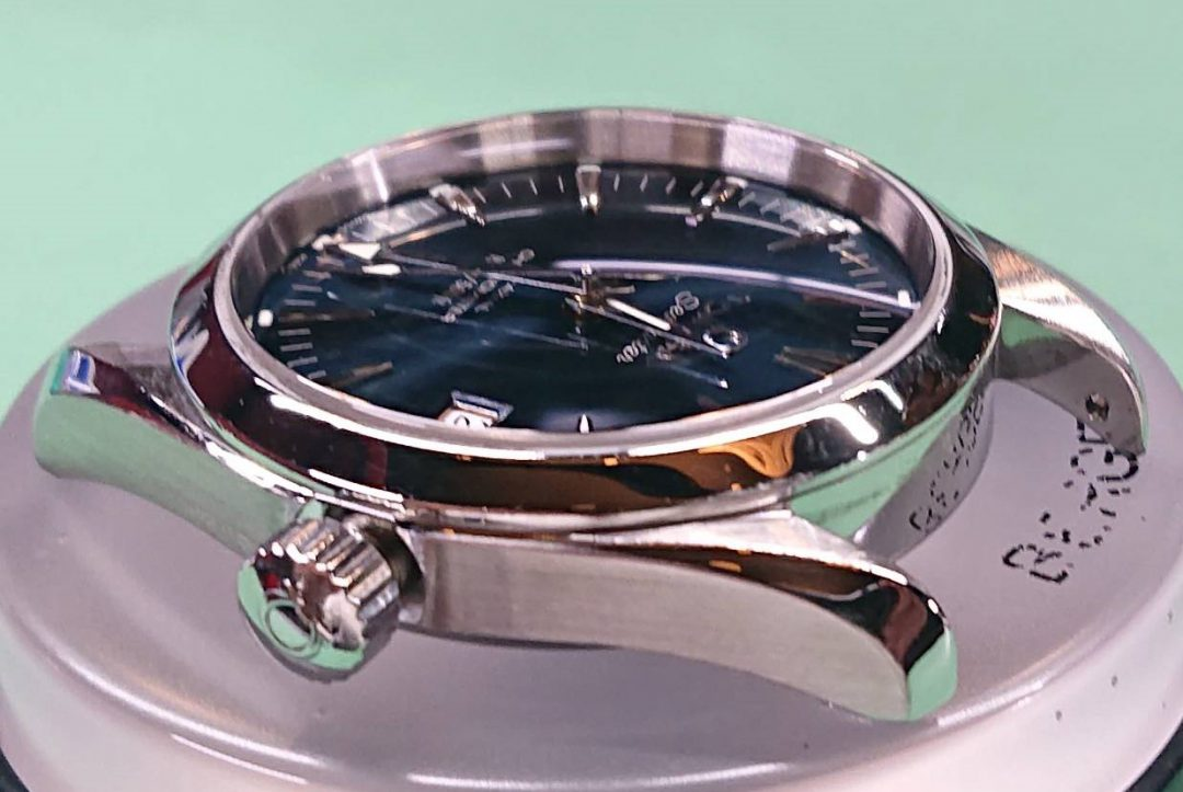 オメガのアクアテラを新潟市にあるブローチ時計修理工房で外装磨きをしました。