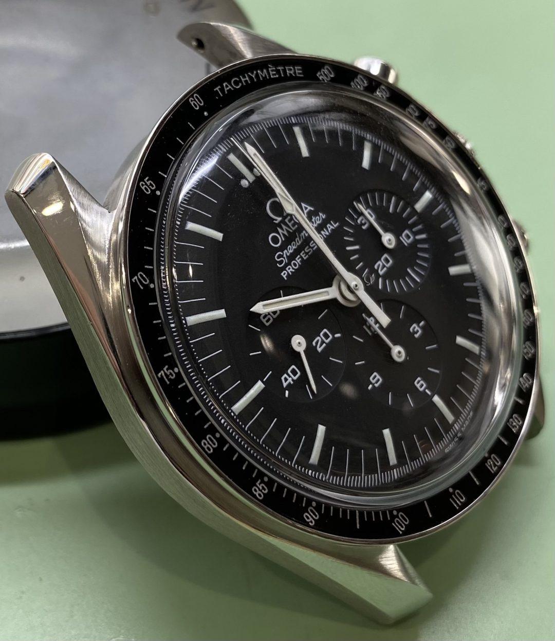 オメガスピードマスターのオーバーホール外装磨きは新潟万代ブローチ時計修理工房